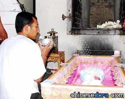 1泰國女性竟為哆啦A夢玩偶辦葬禮